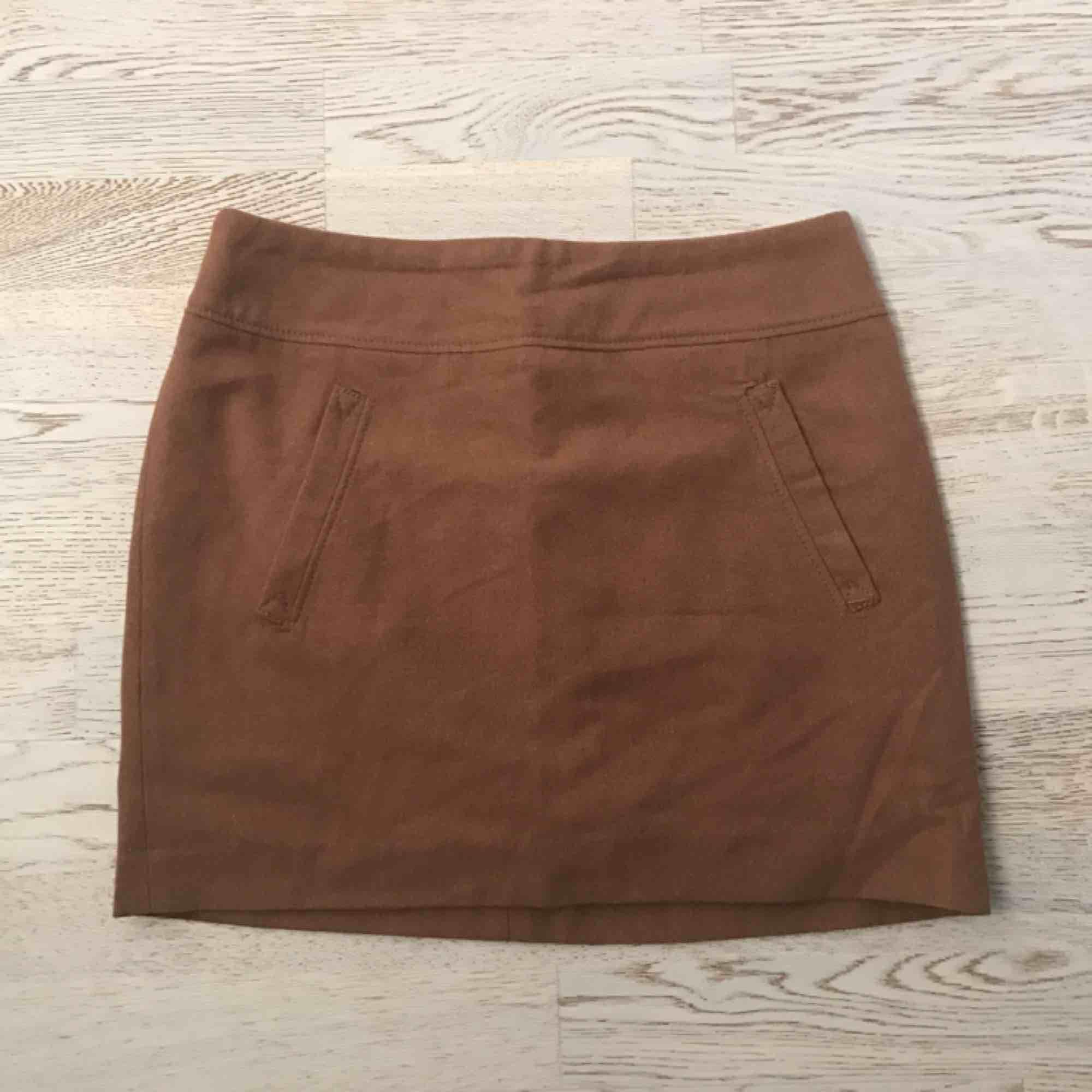 Brun lite tjockare kjol från , aldrig använd pga fel storlek . Kjolar.