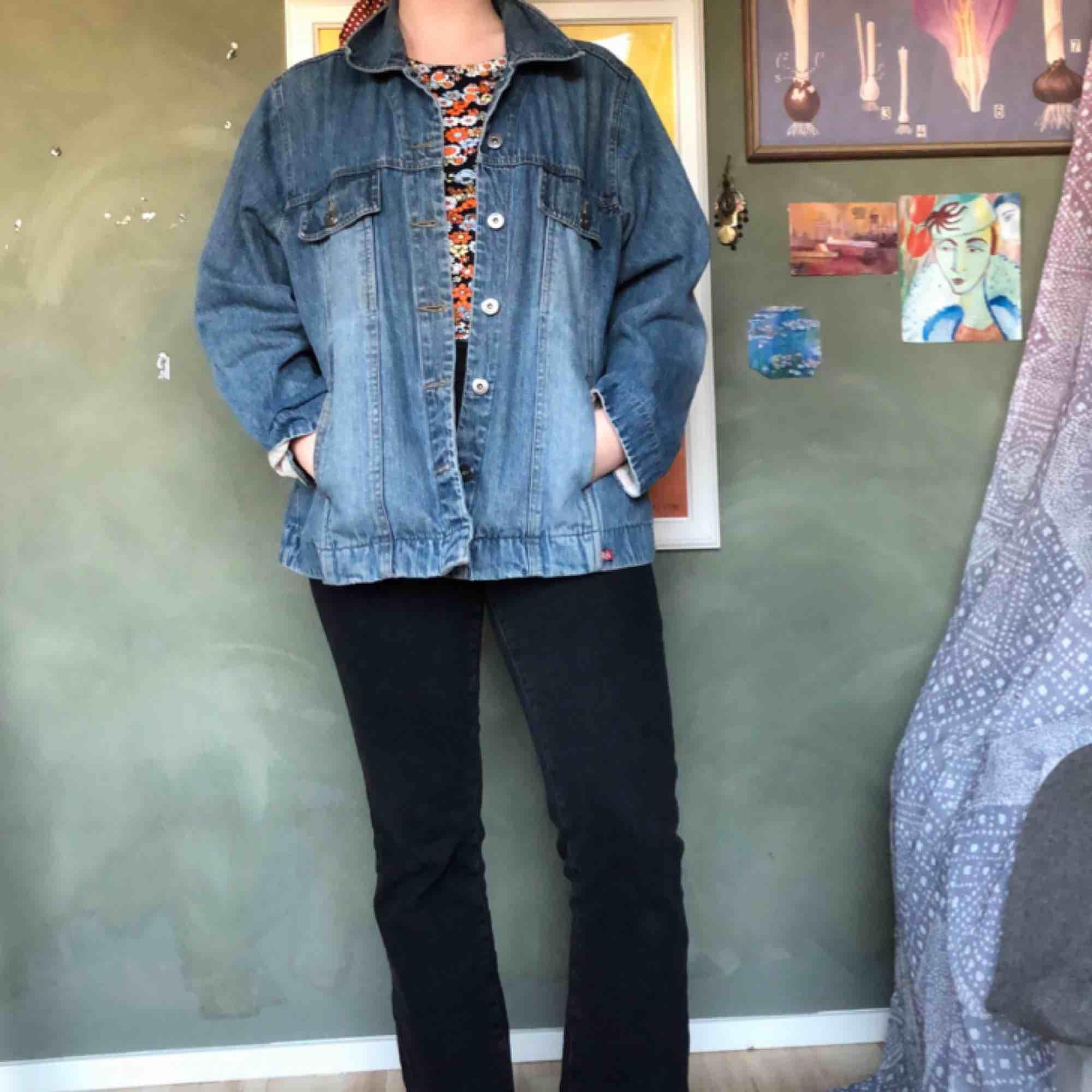 Jeansjacka inköpt på second hand för något år sedan💫I fint skick, dock ritade jag lite på ryggen för ett tag sedan som ni ser på bild 3. det är dock nästan borta, försvinner säkert i tvätten. Sitter perfekt oversize på mig som är 36/38🥰. Jackor.