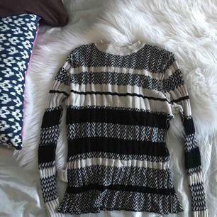 Perfekt all-around tröja ✨ Tröjan är i strechigt material och sitter sååå bra på! Tyvärr har den blivit för liten så därför säljer jag den :(