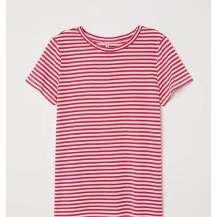 En fin röd vit randig T-shirt från HM i strl M. Ej tight fit utan mer lite lösare. Använd 2 gånger