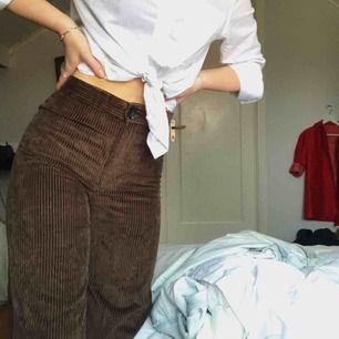 Säljer mina bruna manchester byxor från Zara, Jag är 167 cm lång och dem är lite korta. Dom är högmidjade och sitter tajt över rumpan och låren men är raka till foten (se bild 2). Köparen står för frakt (priset kan diskuteras vid snabb affär)