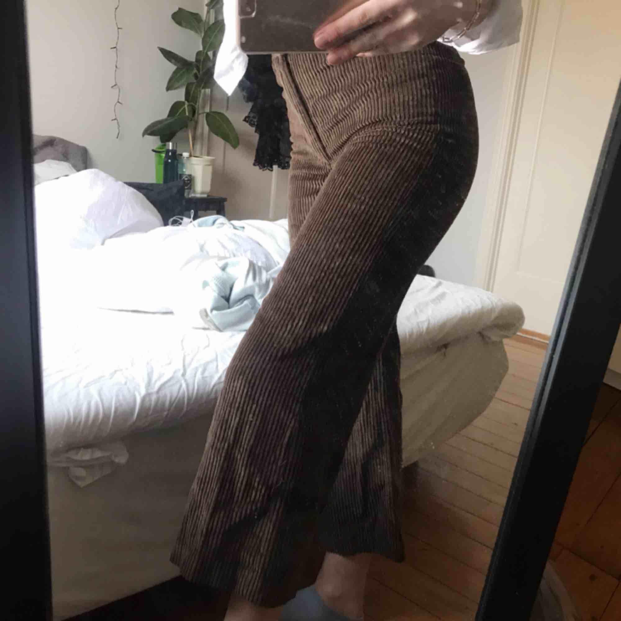 Säljer mina bruna manchester byxor från Zara, Jag är 167 cm lång och dem är lite korta. Dom är högmidjade och sitter tajt över rumpan och låren men är raka till foten (se bild 2). Köparen står för frakt (priset kan diskuteras vid snabb affär). Jeans & Byxor.
