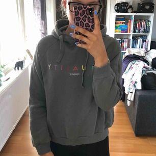 Hoodie från Gina tricot i en fin mörkgrön färg. Betalning sker via swish, köparen står för fraktkostnaden eventuellt om vi möts upp i Lund.