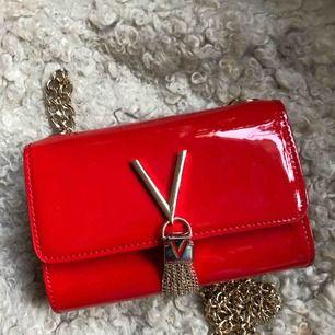 Superfin väska från Valentino by Mario Valentino. sparsamt använd, lite sliten på själva låset framtill men annars som ny!