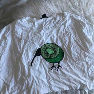 Söt topp från Monki med en kiwifågel på! Själva trycket är sytt/broderat (?) på då det står ut och inte är färgat/tryckt på själva tyget. Jättefin men kommer tyvärr aldrig till användning.. 🍁🍁💫