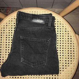 såå fina jeans från monki!! dem har ett litet hål på fickan och en liten slitning vid gylfen, annars fint skick:)) kan mötas upp på söder eller skicka<33