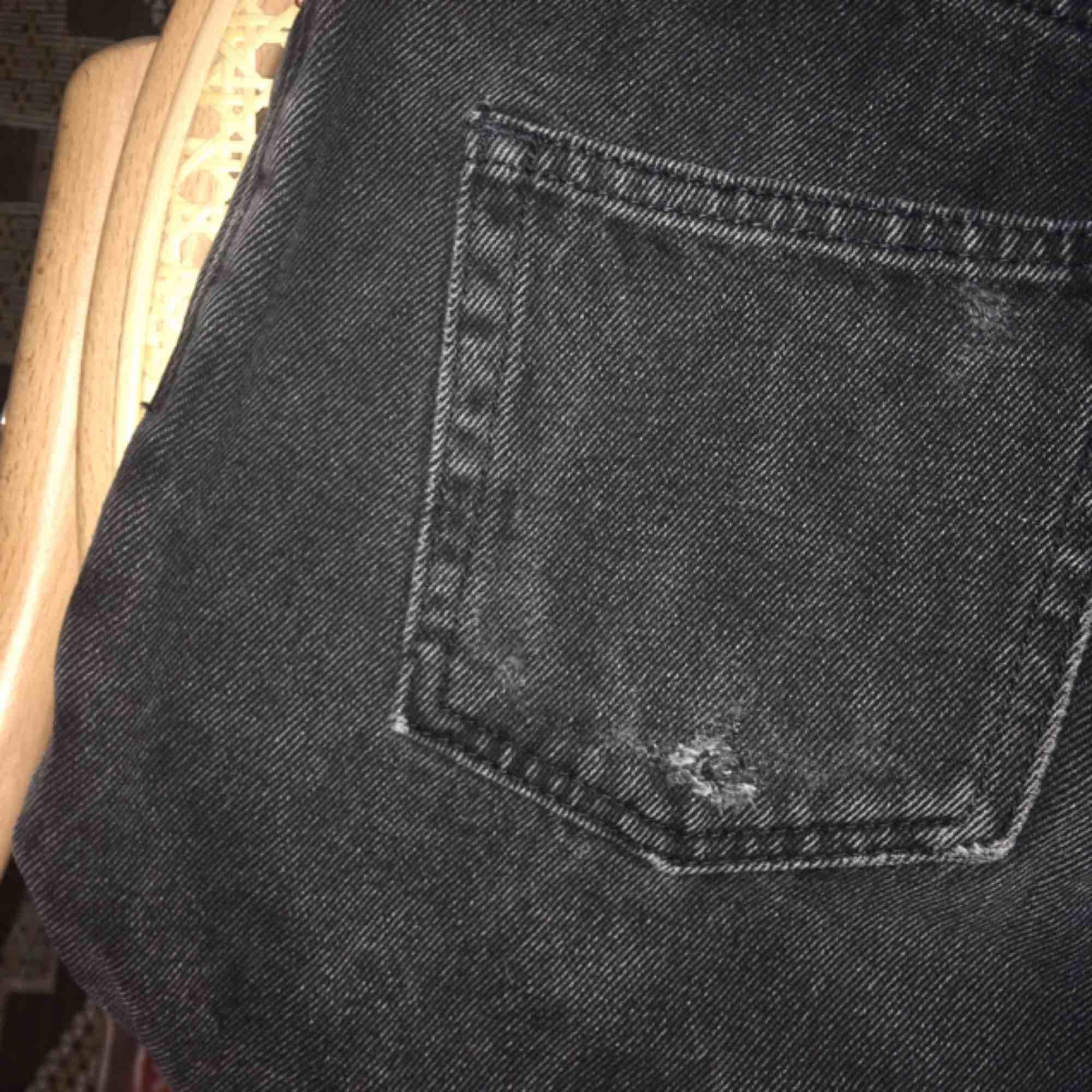 såå fina jeans från monki!! dem har ett litet hål på fickan och en liten slitning vid gylfen, annars fint skick:)) kan mötas upp på söder eller skicka<33. Jeans & Byxor.