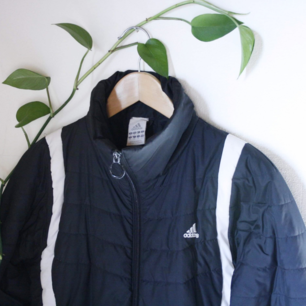 Vårjacka från Adidas. 100kr +frakt. Är väl använd, slitningar vid t.ex fickorna vid kedjan. Men bra kvalitet och kommer att hålla länge till!