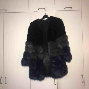 Fluffig fuskpäls jacka ursprungligen från Chiquelle säljes! Jag är ungefär 1.60cm lång och jackan går till mitten av mina lår! Den är bara använd en gång!  Kan mötas upp i Lund/Malmö, alternativt posta (frakt står köparen för)