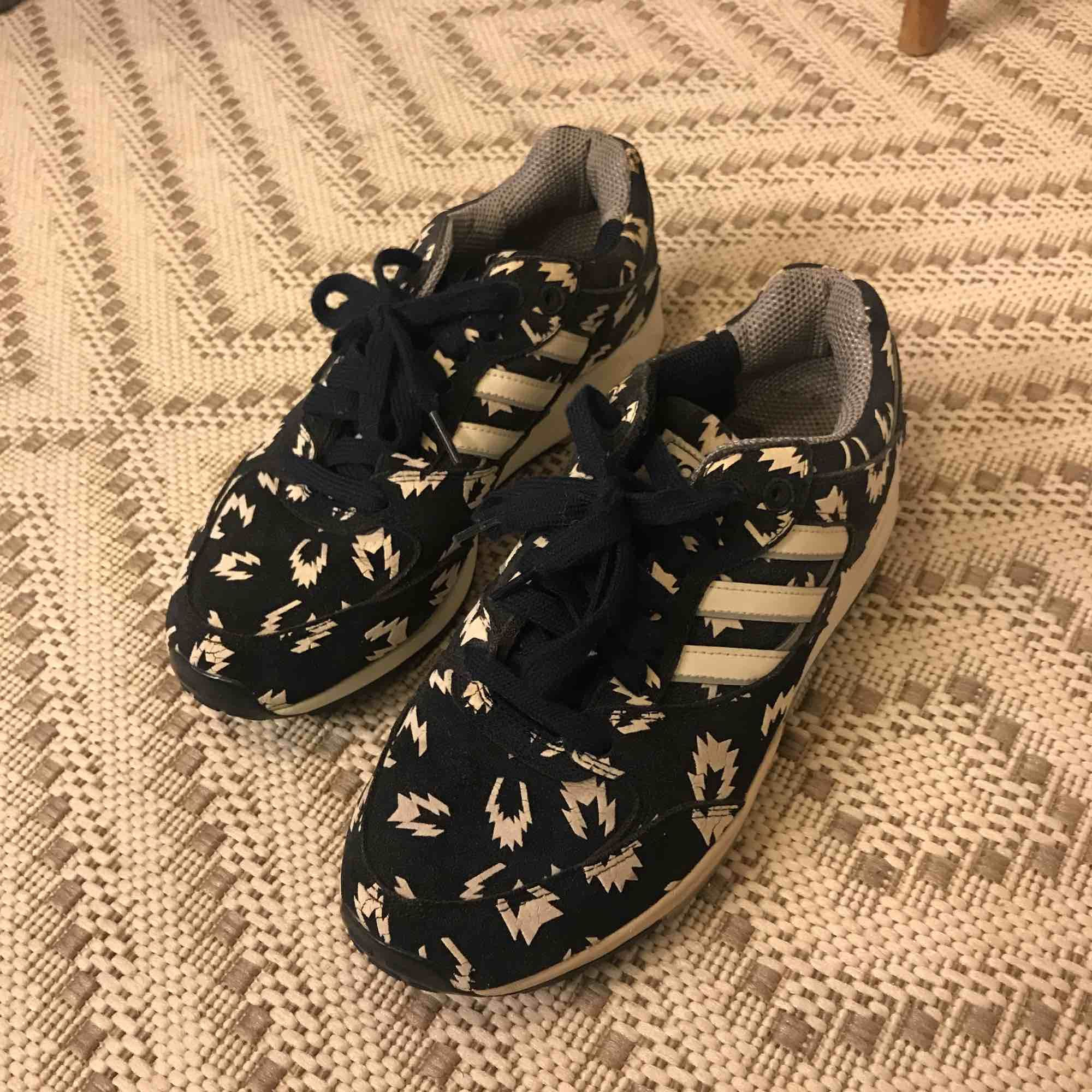 Adidas sneakers, i nyskick. Skor.