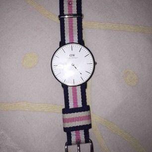 En använd klocka men inte sliten bara tecken på att den är använd. Säljer den för att någon annan kan få nytta av den🤪👌🏼 Klockan är köpt för originalpris 1299kr men säljer den för 800kr pga användningen