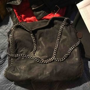 en fake stella mc cartney väska köpt på nelly! rymlig och i fräscht skick☺️