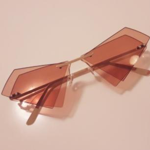 Secondhand solglasögon med fantastiska vinklar med det dubblade kantiga glaset! Frakt: 9kr TOTAL: 138:-