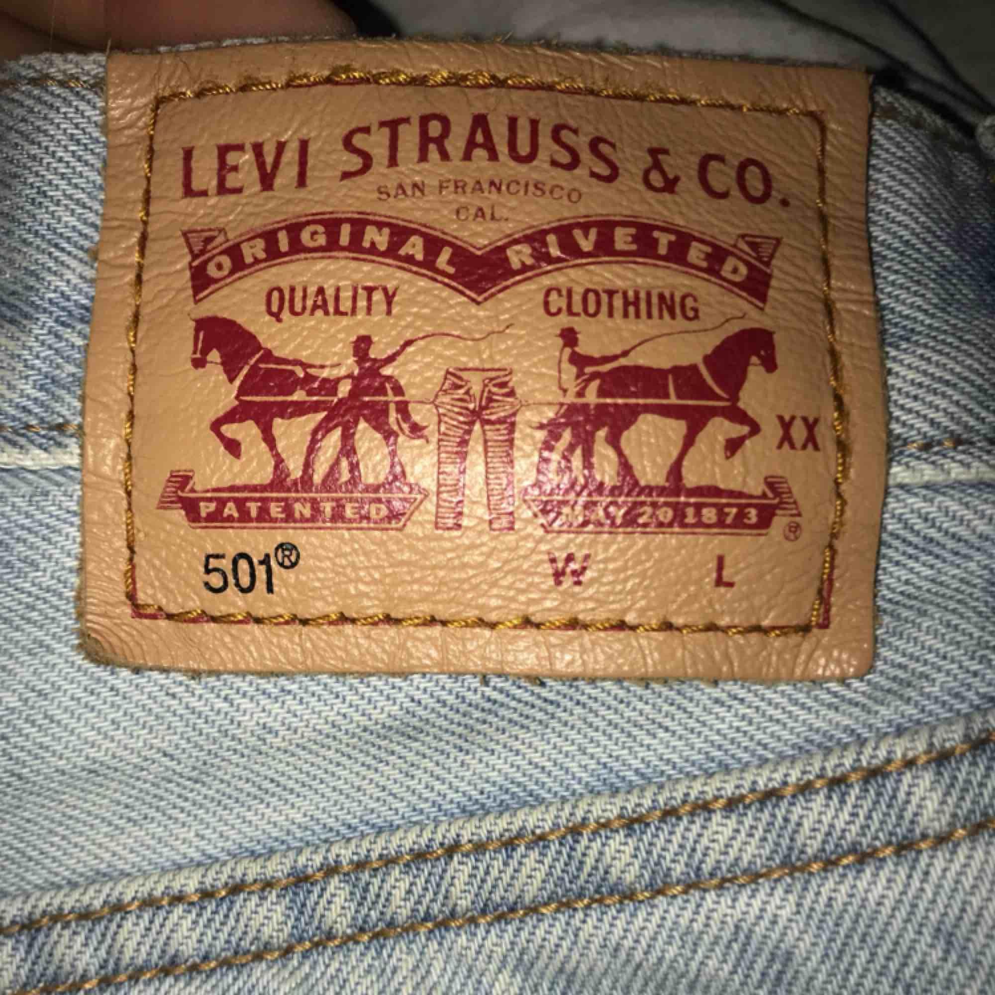 ... Snygga Levi s jeans med slitningar vid knäna. Storlek står inte men  passar mig som oftast e08652ce01fb9