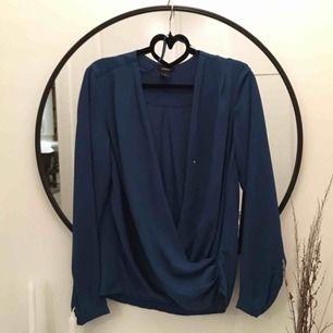 Mörkblå omlottsblus från Lindex! Väldigt sparsamt använd. Väldigt snygg att ha lite over shoulder. 40kr frakt!