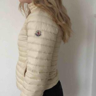 Sælger min creme-hvide moncler jakke, i en størrelse S, vil jeg sige det er. Forsendelsen er tilføjet til 50 kr., Jeg modtager gerne swish :)