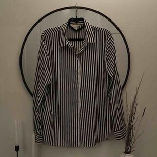 Blus/skjorta från HM, mer som en 40/M i storlek. Snygg att ha instoppad i jeans eller off shoulder! 40kr frakt.