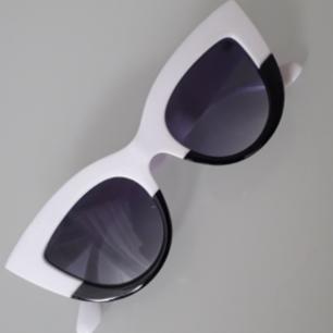 Unika dippade cateyebrillor i svart och vitt!❤ Frakt: 9kr TOTAL: 119:-
