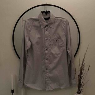 Ljusgrå skjorta! Bild 2 visar färgen bra. Den är rätt oversize (typ M) och jag har använt den till blåjeans eller off shoulder. 40kr frakt!