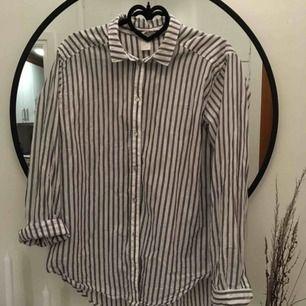 Skjorta från HM! Oversize i storleken. Bild 2 visar färgen på den! Jättesnygg till blåjeans. 40kr frakt!