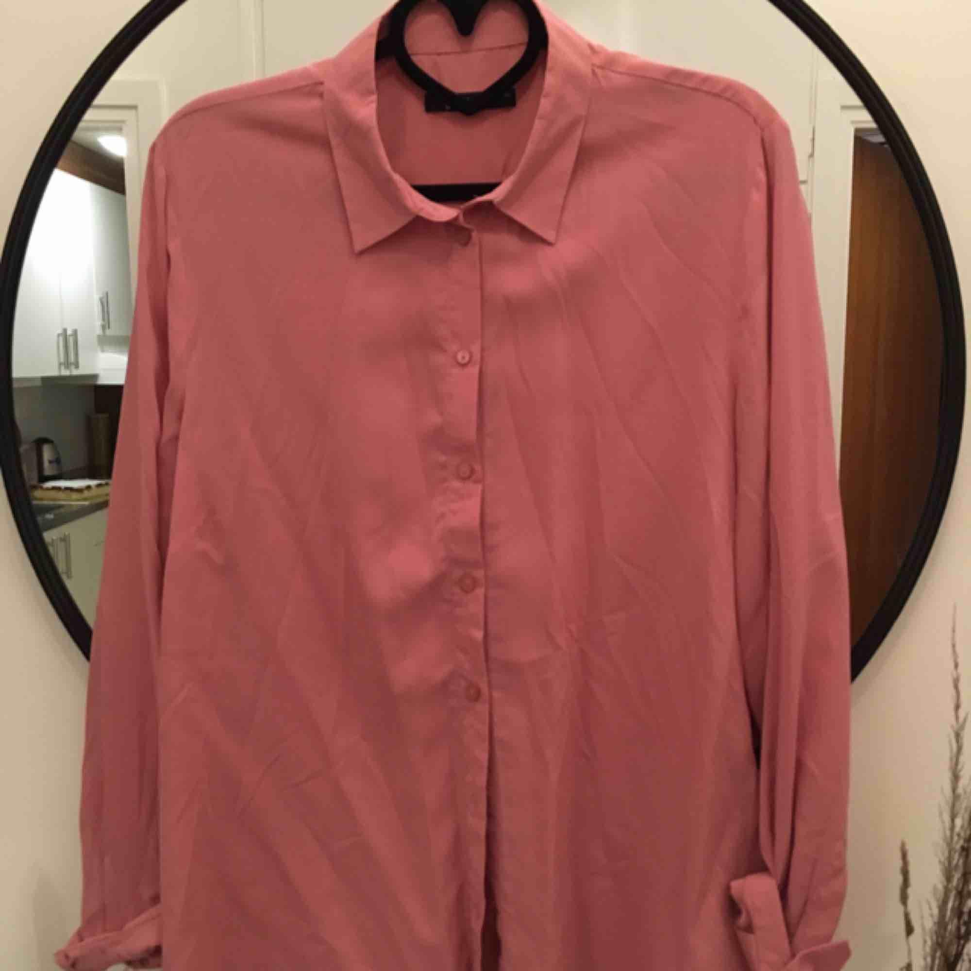 Laxrosa skjorta från Gina! Sparsamt använd. 40kr frakt.. Skjortor.