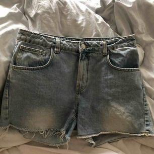 Ett par relativt nya jeansshorts. Små i storleken! I mycket bra skick!