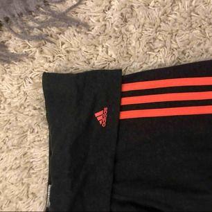 Svarta tights med rosa detaljer från Adidas. Mjukare material. Strl S dammodell. Byxorna har en kant som går att vikas ned eller behållas upp vid magen.