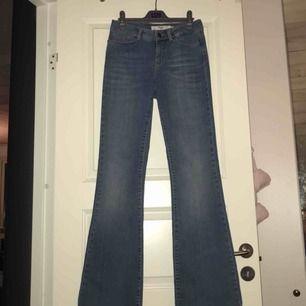 Nästan helt oanvända, blå flare jeans från Vero Moda. Jeansen är i bra skick och jag säljer pga att dom är för små för mig. Jag möts upp i Stockholm eller så står köparen för frakten. Tar endast emot swish.