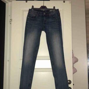 Blå boyfriend-jeans från Crocker i fint skick. Jag möts upp i Stockholm eller så står köparen för frakten. Tar endast emot swish.