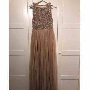 Säljer min balklänning som är använd vid ett tillfälle, färgen är rosa/beige. Ord.pris 1200 kr, säljer för 600+frakt