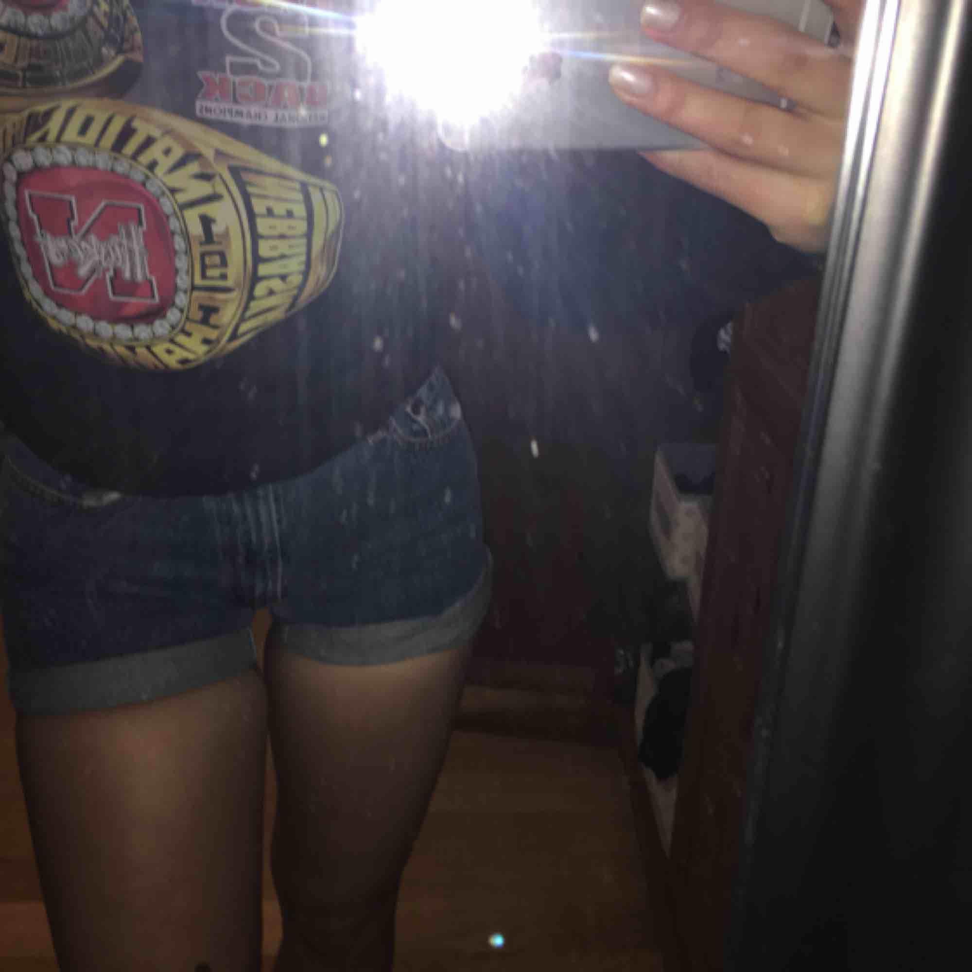 Supersnygga jeans shorts från Beyond Retro i storlek S. Tyvärr (som ni kan se) sitter de lite väl tight på mig och jag måste tyvärr sälja dem vidare. 💕😊. Shorts.