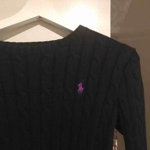 Ralph Lauren stickad tröja i XS. Skulle gissa på att jag använt tröjan 2ggr. Ser helt ny ut.  Denna är tjockare modellen på Ralph Laurens stickade tröjor och därmed har väldigt hög kvalité.