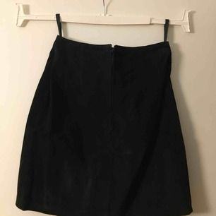 Säljer en svart mocca kjol från Beyond Retro som tyvärr är för stor för mig.