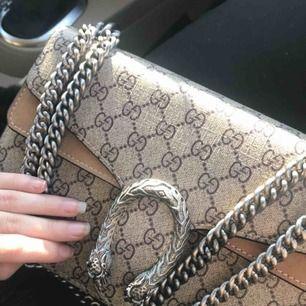 Gucci väska IDENTISK till den äkta, tung kedja. Säljs pga använder inte längre, endast använd 4 gånger! 😁