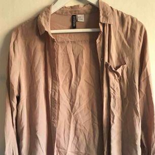 Puderrosa skjorta från H&M, använd endast ett par gånger. Är väldigt skrynklig pga att den legat vikt i garderob, men blir finare när den strukits 👍🏼✨ Köpare står för frakt (frimärken).