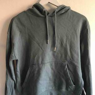 Hoodtröja i lite kortare modell med slits på båda sidor. Använd ett fåtal gånger! Köpare står för frakt (frimärken) ✨