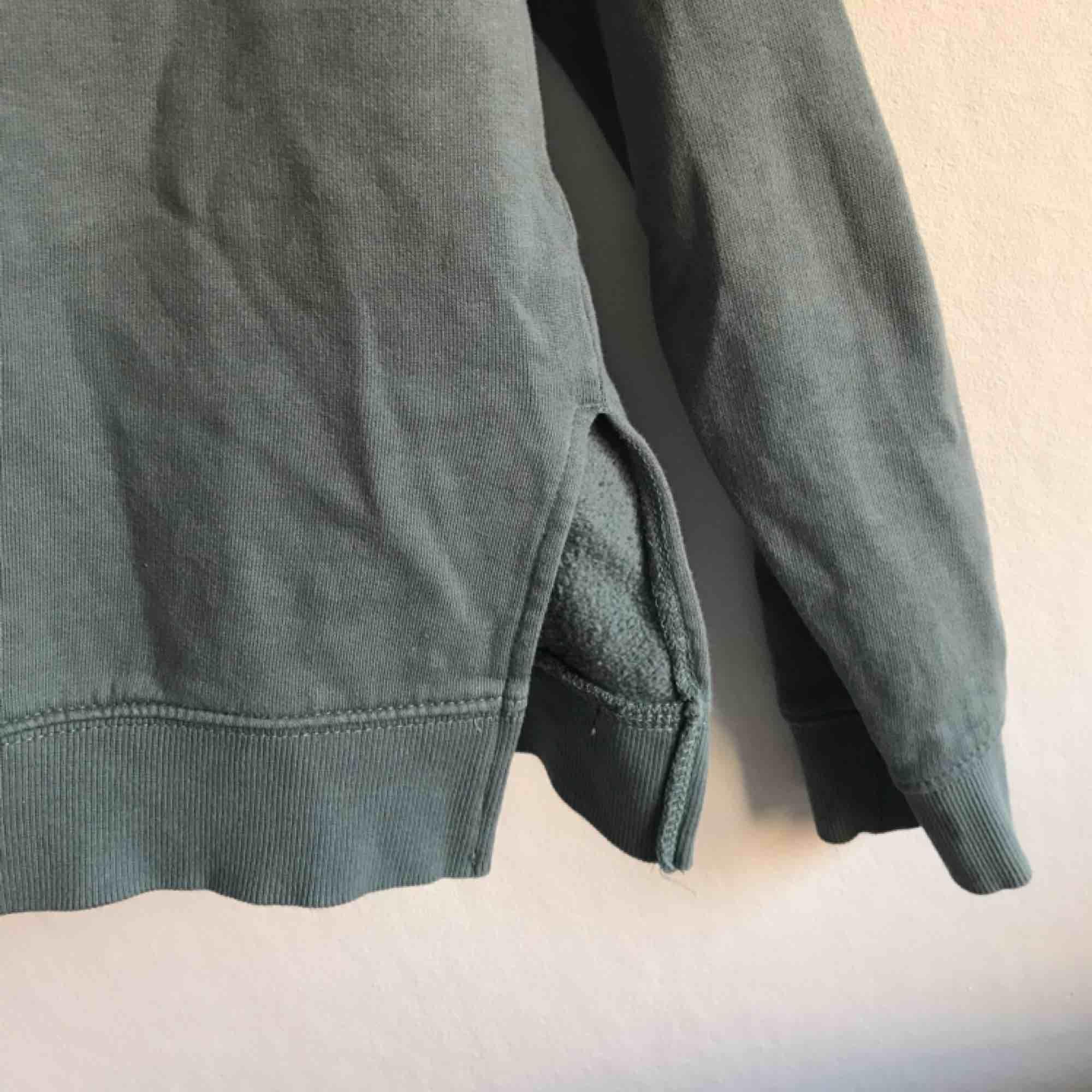 Hoodtröja i lite kortare modell med slits på båda sidor. Använd ett fåtal gånger! Köpare står för frakt (frimärken) ✨. Huvtröjor & Träningströjor.