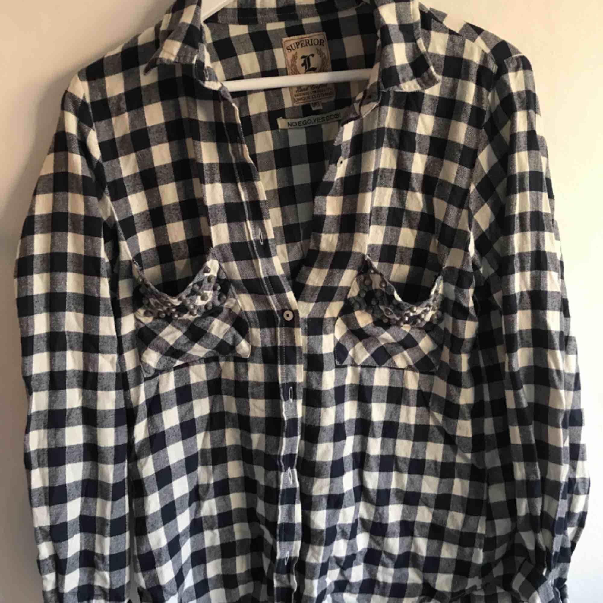 Väldigt skön skjorta i lite oversizemodell med nitar på båda bröstfickorna. Sparsamt använd. Köpare står för frakt (frimärken) ✨. Skjortor.