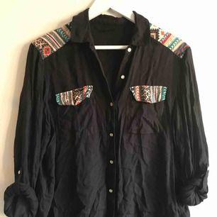 Väldigt skönt skjorta med uppvikbara ärmar och snygga knappar.  Köpare står för frakt (frimärken) ✨