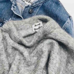 En mysig stickad grå Acne Studios tröja. Lite sliten men inte så att det märks (därav det billiga priset) Är osäker på storleken men skulle själv säga en M eller stor S.  Kan mötas upp eller posta Pris kan diskuteras