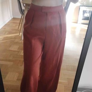 Sjukt snygga byxor från HM! Jag är 38/36 (1.66cm) och de sitter bra på mig i midjan men är aalldeles för långa. Köpte dem med intention att sy upp men har aldrig blivit av. Så snygga verkligen.