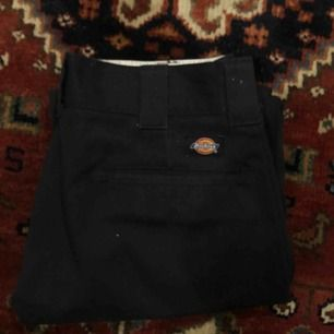 Dickies originals i mörkblått/svart! Använd men bra skick. Älskar dem här byxorna, passar till precis allt! Frakt tillkommer på 40 kr