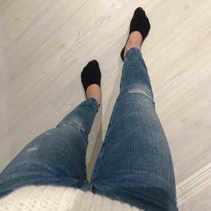 Snygga blåa jeans i skönt stretchigt material från Zara! Snygga slitningar 🌟🌟 frakt på 55 kr tillkommer