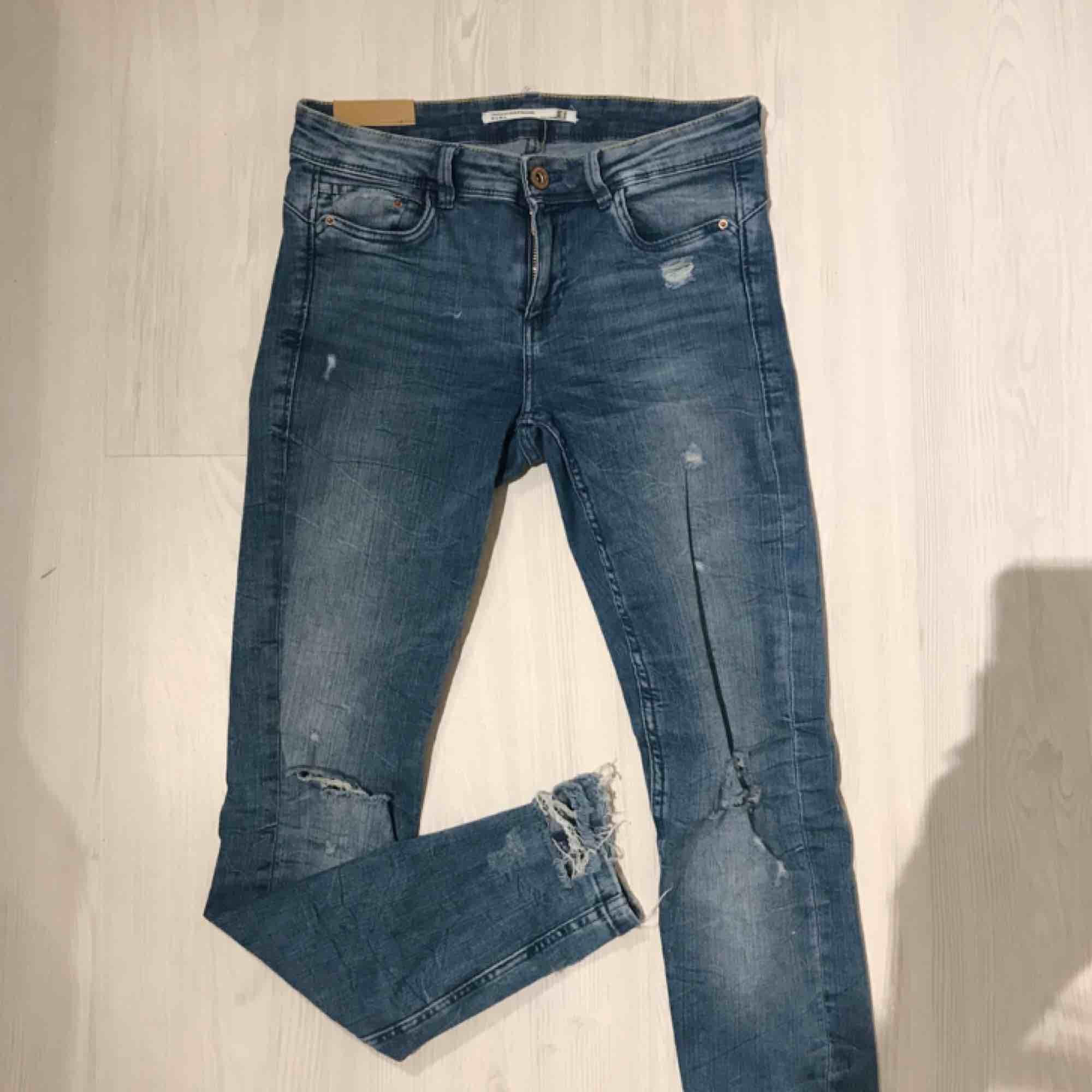 Snygga blåa jeans i skönt stretchigt material från Zara! Snygga slitningar 🌟🌟 frakt på 55 kr tillkommer. Jeans & Byxor.