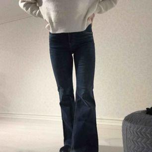 """Knappt använda flare jeans från Crocker i modellen """"POW FLARE"""" 🤩 storlek 27/33 men är uppsydda på längden för mig som är 158 cm!   Frakt på 55 kr tillkommer"""