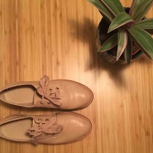 Supersköna skor från Pull&Bear. Använd 2 gånger men lite stora för mig 🌸 frakt på 50kr medföljer 🌸