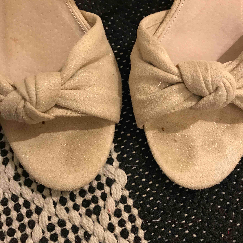 Ljus beiga klackskor, ca 5/6 cm. Använda en kväll är därav lite missfärgade vid tårna men inget som syns när de är på! 150+frakt. Skor.