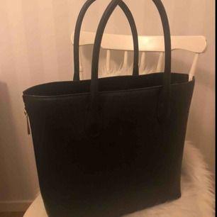 As snygg svart fake läderväska med dragkedja på båda sidorna. Dragkedjorna på sidorna går att dra upp och ner, vilket gör att väskan kan bli lite större och då rymma ännu mer!💋 Kunden står för frakt❣️