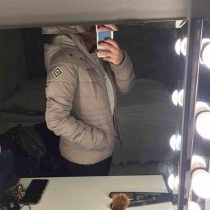 Säljer nu min älskade Hollister-jacka! Den är i bra skick och är den perfekta vinterjackan! Köparen står för frakt