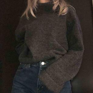 Stickad grå tröja från & Other Stories. Färgen visas bäst på andra bilden. Frakt ingår i priset! Skriv gärna vid övriga frågor 💗